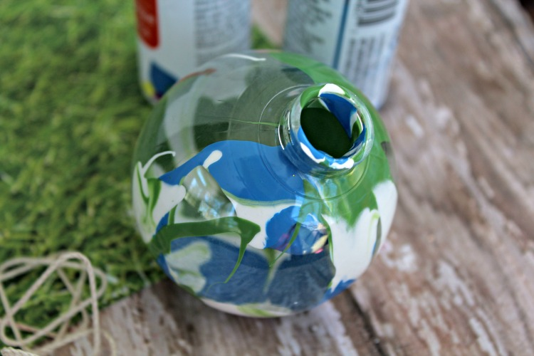 Are you looking for a fun Earth Day craft to do with your children? This adorable globe ornament is an interactive craft that's fun for the whole family!